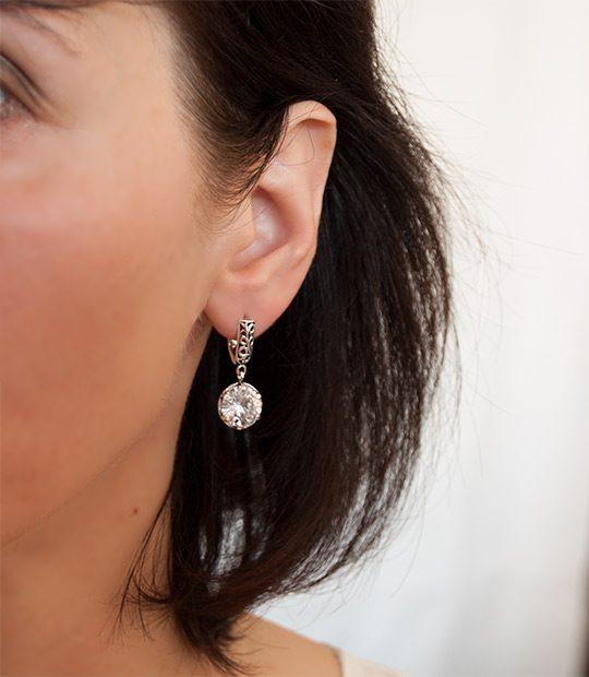Strieborné náušnice so zirkónmi – Ornament číry 29038 na uche