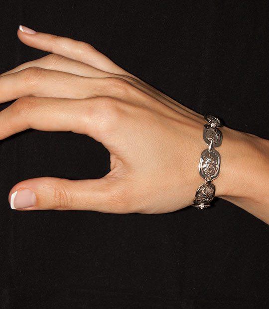 Strieborný náramok 49017-7 na ruke