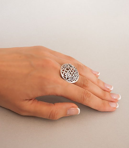 Strieborný prsteň 19001 na ruke