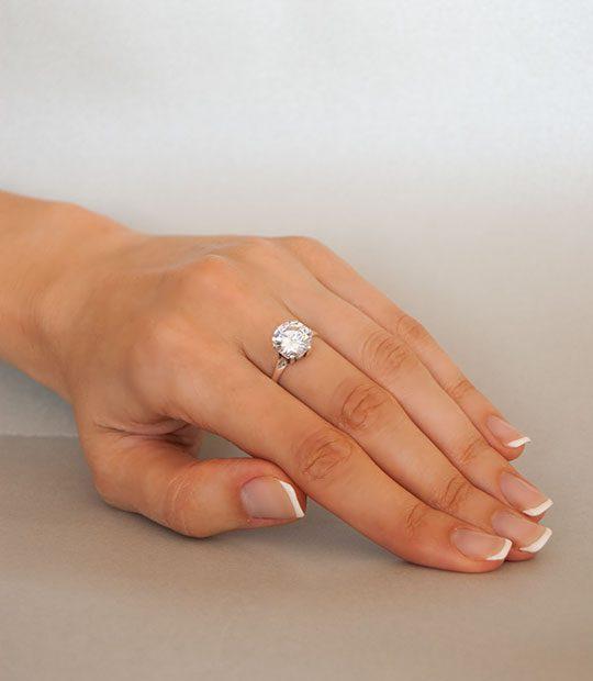 Strieborný prsteň so zirkónom – Zafír číry 19009 na ruke