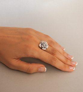 Strieborný prsteň 19012 na ruke