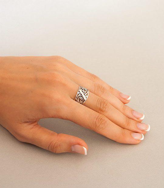 Strieborný prsteň Medina 19013 na ruke