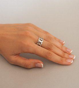 Strieborný prsteň Audi 19016 na ruke