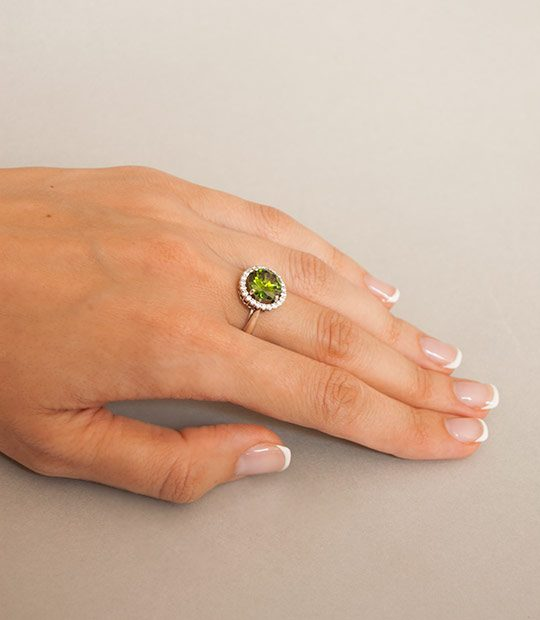 Strieborný prsteň so zirkónom – Malinka 19018 olivová na ruke