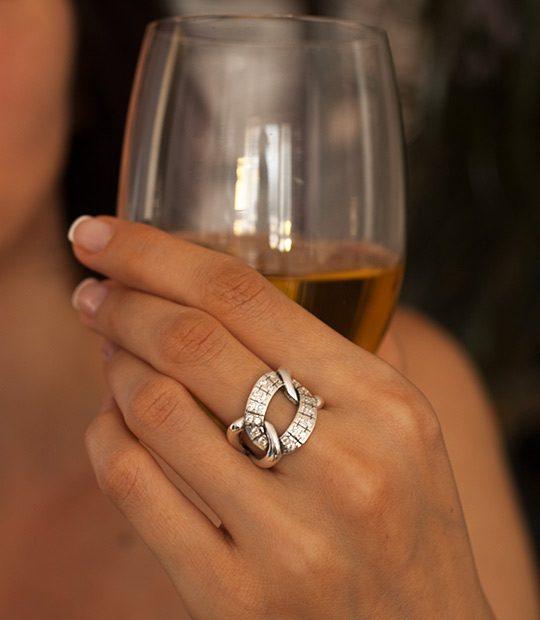 Strieborný prsteň Úsek 19024 na ruke