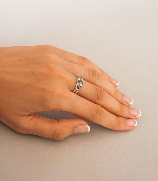 Strieborný prsteň Mačiata 19028 na ruke