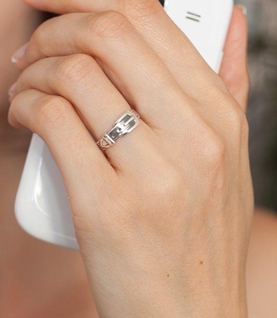 Strieborný prsteň Remienok 19029 na ruke
