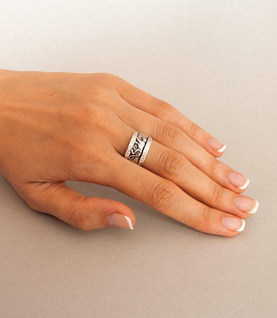 Strieborný prsteň Puma 19037 na ruke