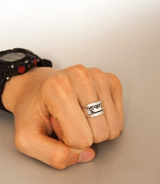 Strieborný prsteň Puma 19037 na ruke -2