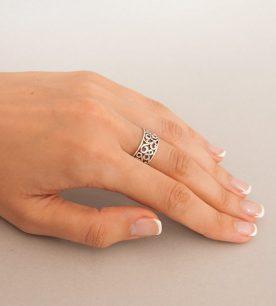 Strieborný prsteň Kudrlinky 19046 na ruke