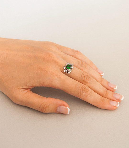 Strieborný prsteň so zirkónom – Jablkový kvet zelený na ruke