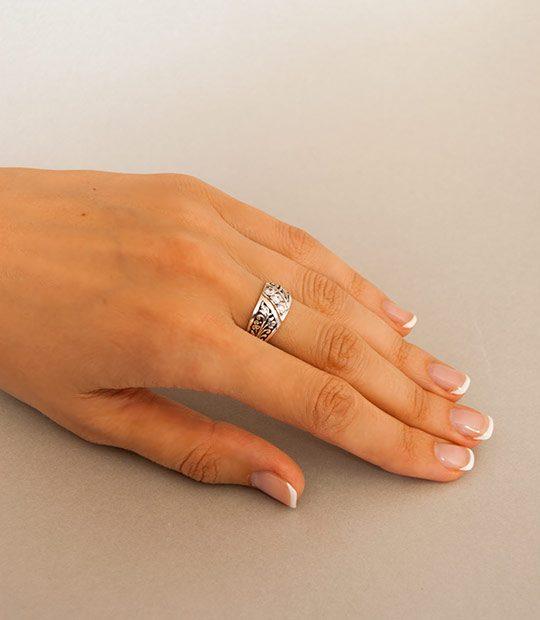 Strieborný prsteň Turban 19050 na ruke