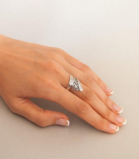Strieborný prsteň Artemida 19055 na ruke