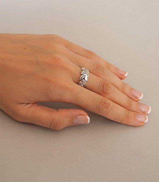 Strieborný prsteň 19056 na ruke