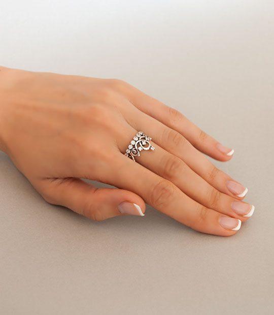 Strieborný prsteň 19064 na ruke