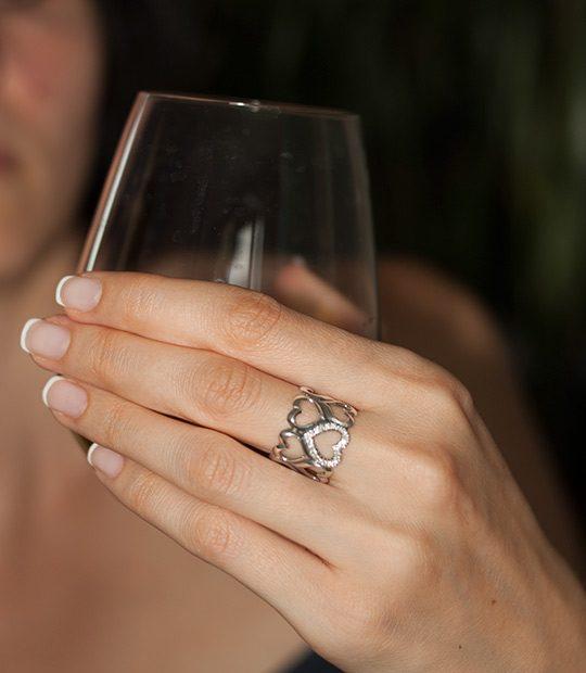 Strieborný prsteň Srdce 19073 na ruke