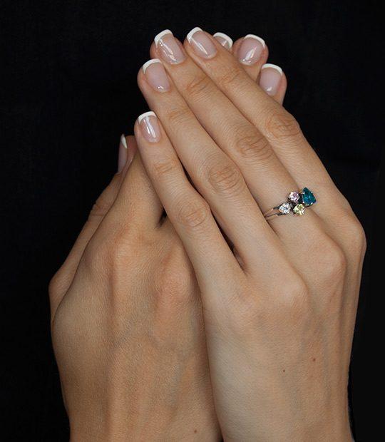 Strieborný prsteň Trilon 19091 Modrý na ruke