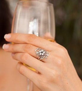 Strieborný prsteň Astra 19021 na ruke