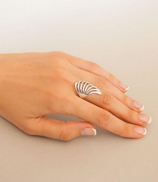 Strieborný prsteň 19033 na ruke