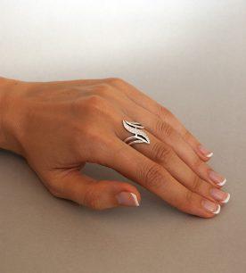 Strieborný prsteň Guráž 19039 na ruke