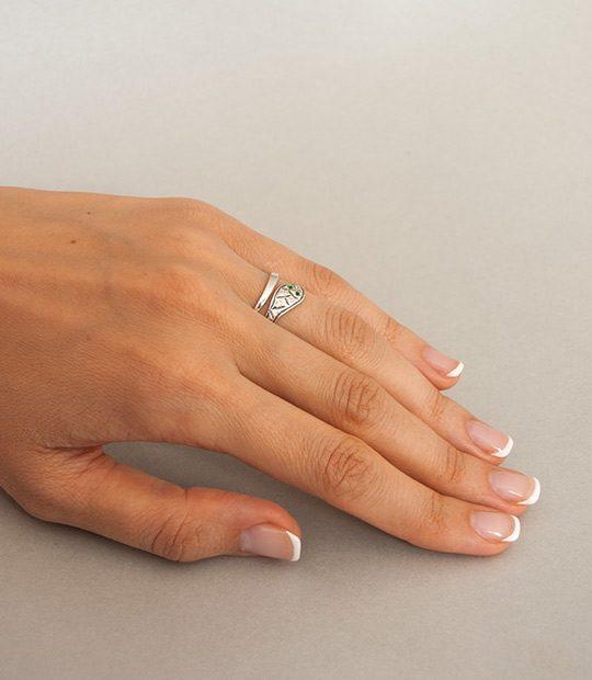 Strieborný prsteň Had 19010 na ruke