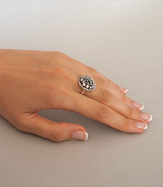 Strieborný prsteň Javorový list 19044 na ruke