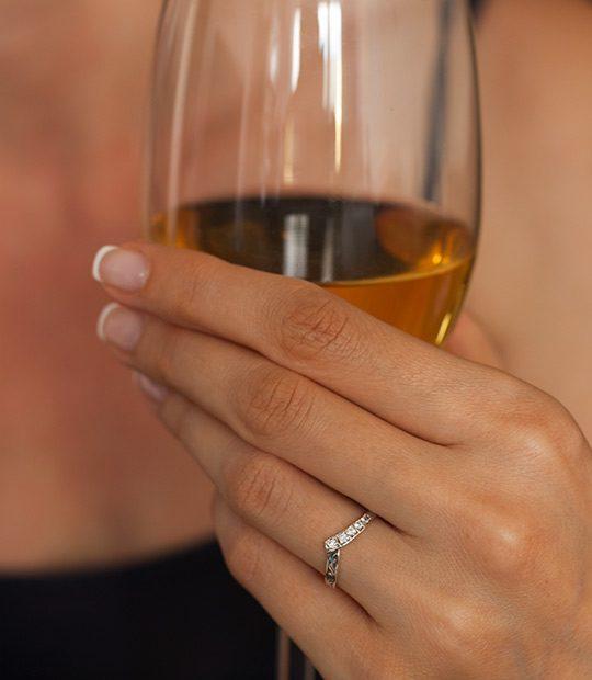 Strieborný prsteň Konvalinka 19030 na ruke