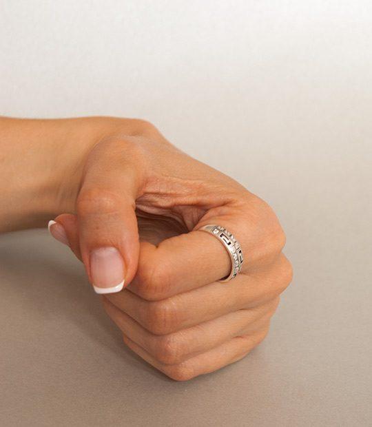 Strieborný prsteň Nové Grécko 19042 na ruke 2