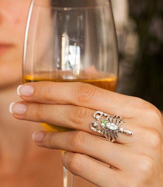 Strieborný prsteň Škorpión 19027 na ruke