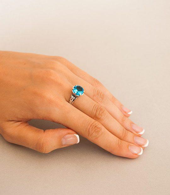 Strieborný prsteň 19057 ruka