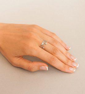 Strieborný prsteň Koruna Malá 19063 na ruke