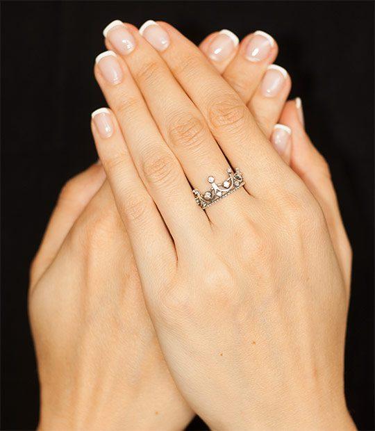 Strieborný prsteň Koruna Anna 19066 na ruke