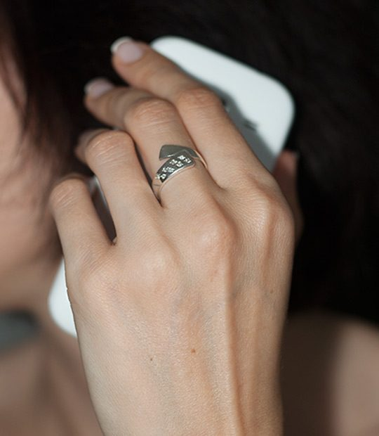 Strieborný prsteň Syrček 19070 na ruke -2