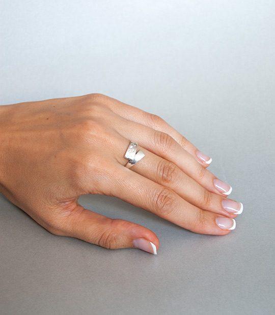 Strieborný prsteň Syrček 19070 na ruke