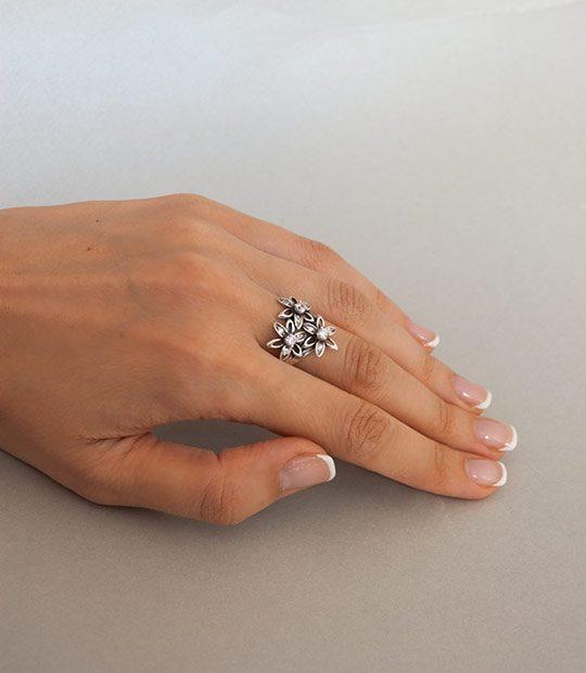 Strieborný prsteň 19071 na ruke