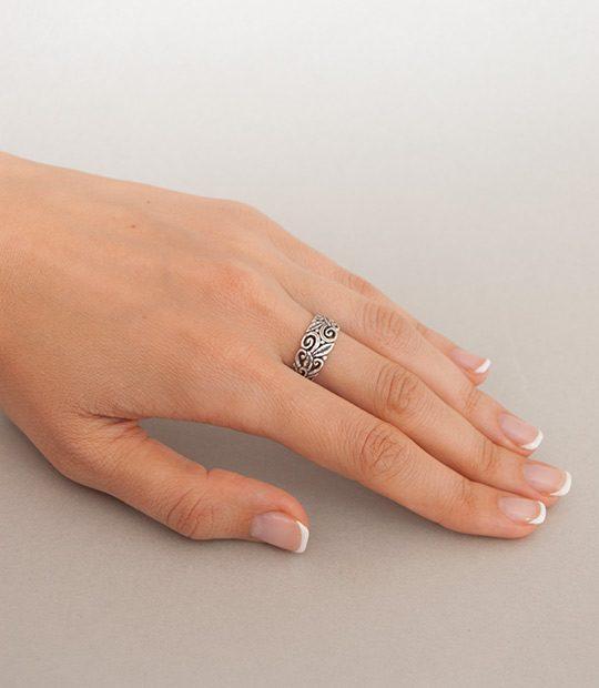 Strieborný prsteň Vavrín 19072 na ruke
