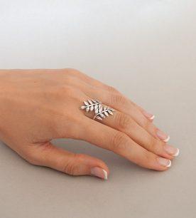 Strieborný prsteň Duet 19075 na ruke