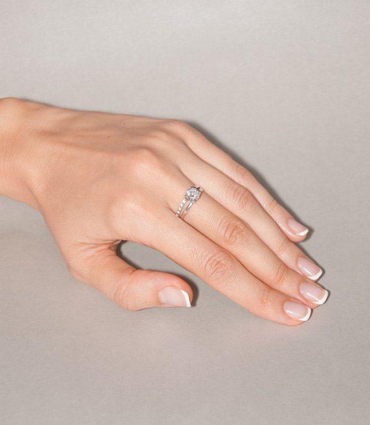 Strieborný prsteň Agata 19076 na ruke