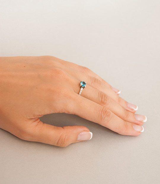 Strieborný prsteň so zirkónmi – Berta 19077 na ruke