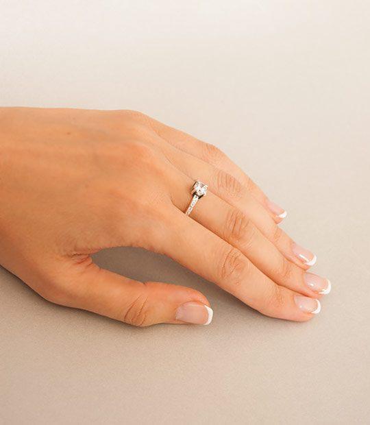 Strieborný prsteň so zirkónmi – Berta 19077 číra na ruke