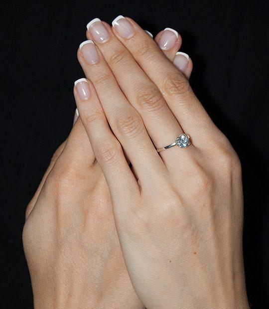 Strieborný prsteň Rada 19078 na ruke