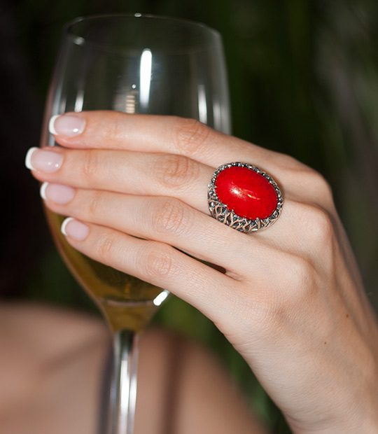 Strieborný prsteň Forest 19085 Červený koral na ruke