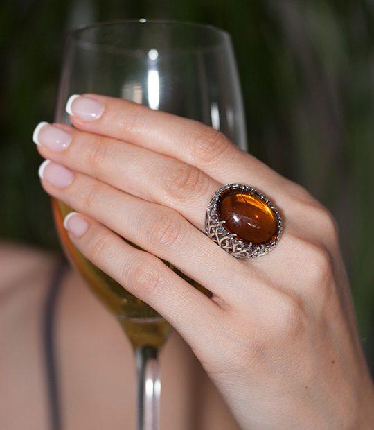 Strieborný prsteň Forest 19085 Jantárový na ruke
