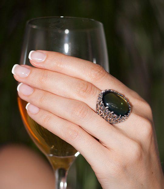 Strieborný prsteň Forest 19085 Olivový na ruke
