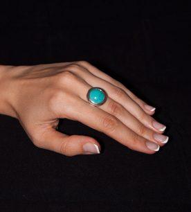 Strieborný prsteň Illa 19086 na ruke
