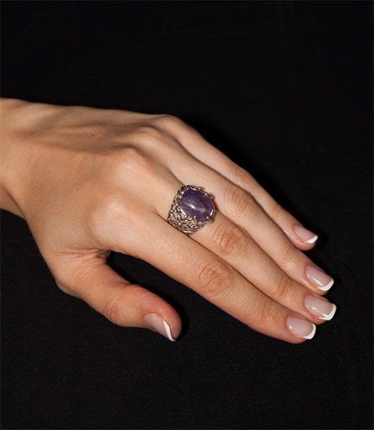 Strieborný prsteň s ametystom – Liana 19095 am purple na ruke