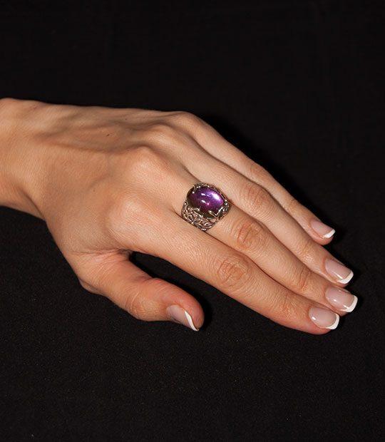 Strieborný prsteň Liana 19095 perleť modro-ružová na ruke
