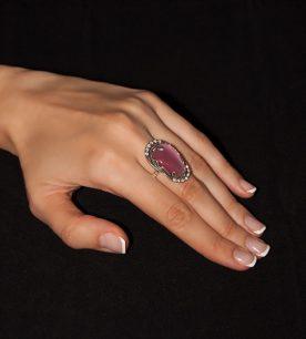Strieborný prsteň s kameňom – Verona 19098 ruźová na ruke