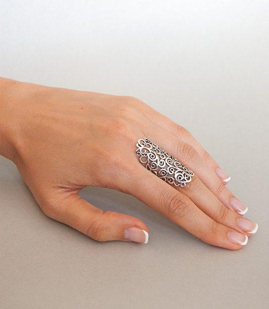 Strieborný prsteň Ankara 19099 na ruke