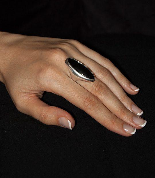 Strieborný prsteň Vesmír 19092 čierný ónyx na ruke